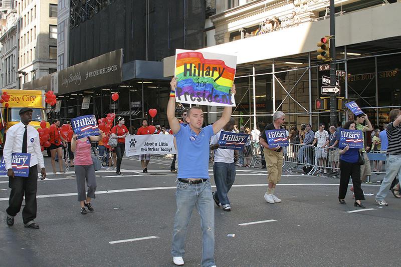 Клинтон выступает залегализацию однополых браков (нафото— гей-парад вНью-Йорке)