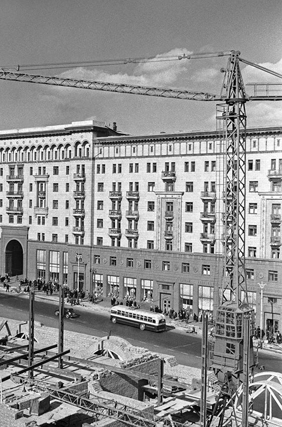 Строительство домов наулице Горького, 6 (ныне—Тверская). 1946 год