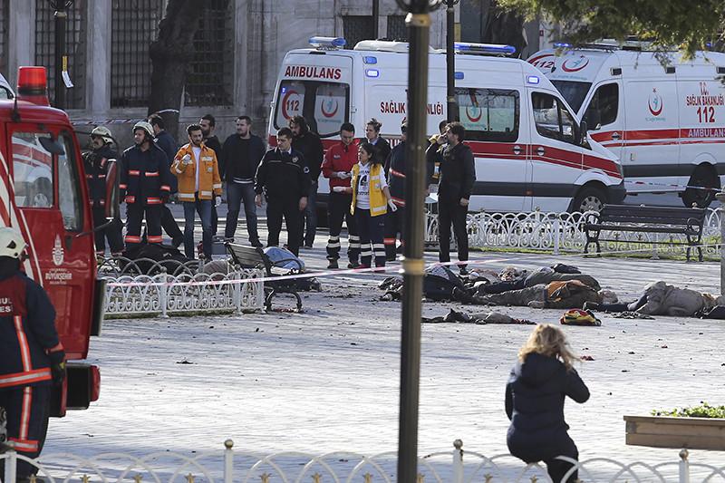 Спасательные службы на месте взрыва в центре Стамбула