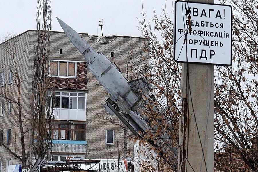 Ракета зенитного комплекса «Круг» напостаменте в Донецке. 19 февраля 2017 года