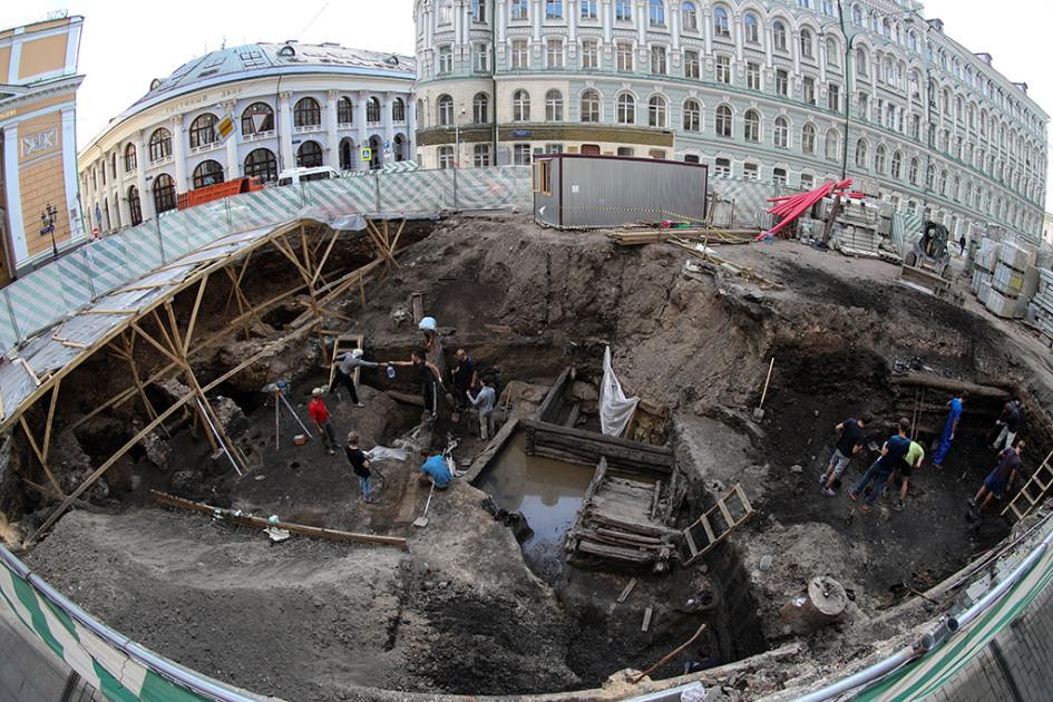 На месте обнаружения деревянных остатков стен и фундамента храма, предположительно XVI—XVII веков, в процессе реконструкции Биржевой площади. В августе раскопки были продлены на 30 дней из-за обнаружения ценных археологических находок