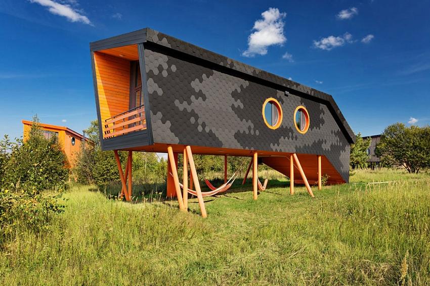 Гостевой дом «Корова»: семь мест, 50 кв. м, авторский архитектурный дом с двумя спальнями. Имеет только второй этаж и большое панорамное окно с видом на лес. На первом— терраса с гамаками в форме вымени коровы