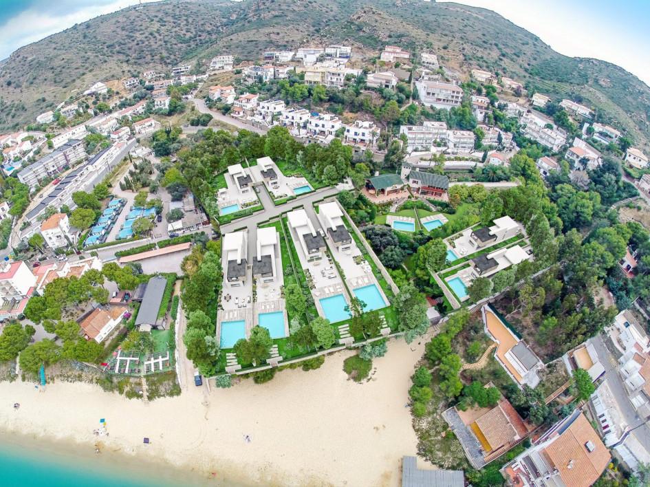 Один из немногих участков на первой линии моря на Коста Брава. Возможность построить на свой вкус восемь новых домов. Отлично подходит для совместной инвестиции для друзей или родственников: мини-поселок для своих