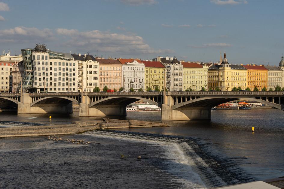 Вид на Йираскув мост, он соединяет пражские районы Нове-Место и Смихов