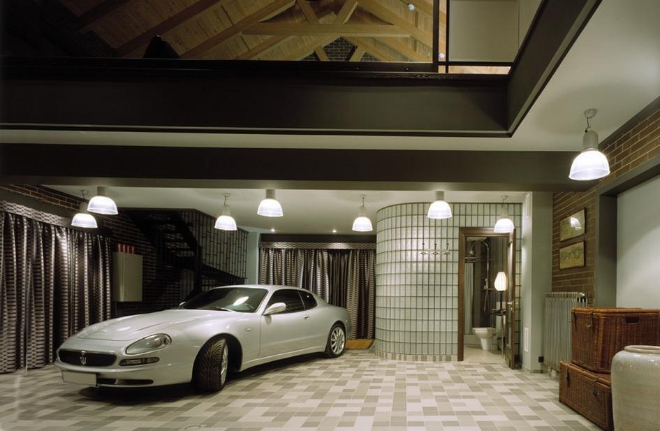 Главное украшение мэнкейва в этом загородном доме на Новорижском шоссе — принадлежащий хозяину автомобиль Maserati