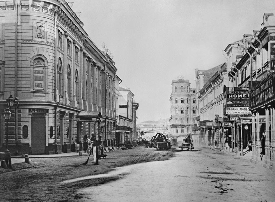 Вид улицы Ильинки от Юшкова переулка. 1887 год