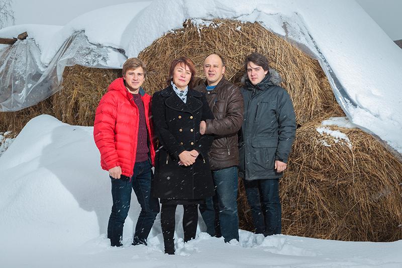 Предприниматель Николай Кувикин вместе сматерью Ольгой Владимировной, отцом Сергеем Николаевичем ибратом Владимиром (слева направо)