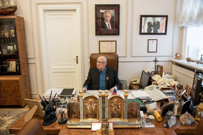 79-летний Владимир Ресин давно не имеет статуса чиновника, но его кабинет по-прежнему располагается в одном из зданий московского правительства