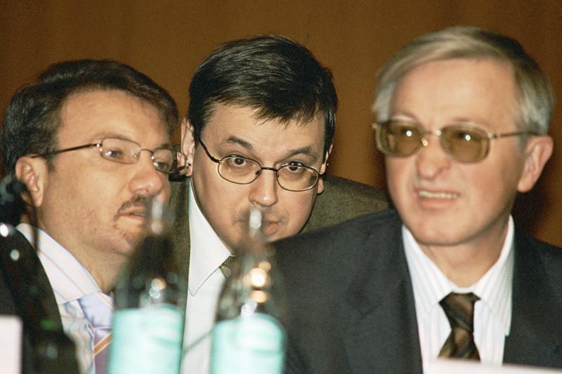 Президент Сбербанка Герман Греф сотрудничает сВШЭ еще с«Программы-2010». Сейчас он входит внаблюдательный ипопечительский советы вуза  На фото (слева направо): Герман Греф, Ярослав Кузьминов, Александр Шохин