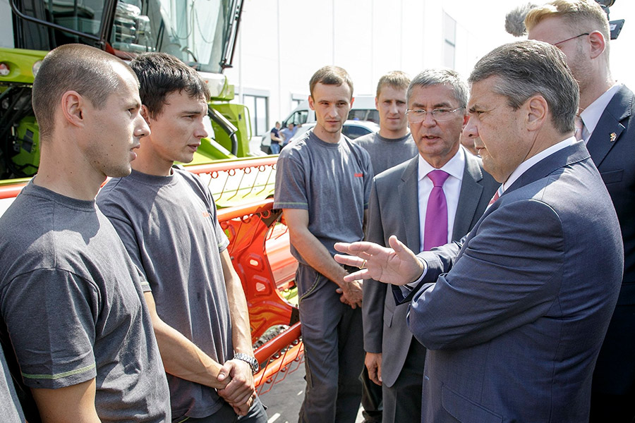 Зигмар Габриэль (справа) на заводе сельскохозяйственной техники ООО «Клаас»