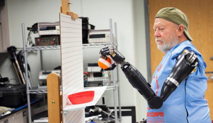Один из первых полноценных нейропротезов конечностей, созданный в Лаборатории прикладной физики Джонса Хопкинса, управляется при помощи электрических импульсов мозга