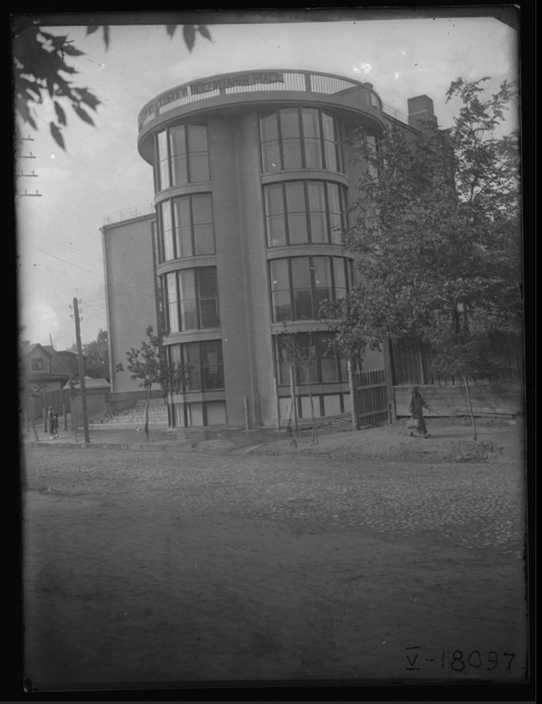 Клуб «Буревестник». Вид на центральную часть фасада Фото М. А. Ильин. 1931 год