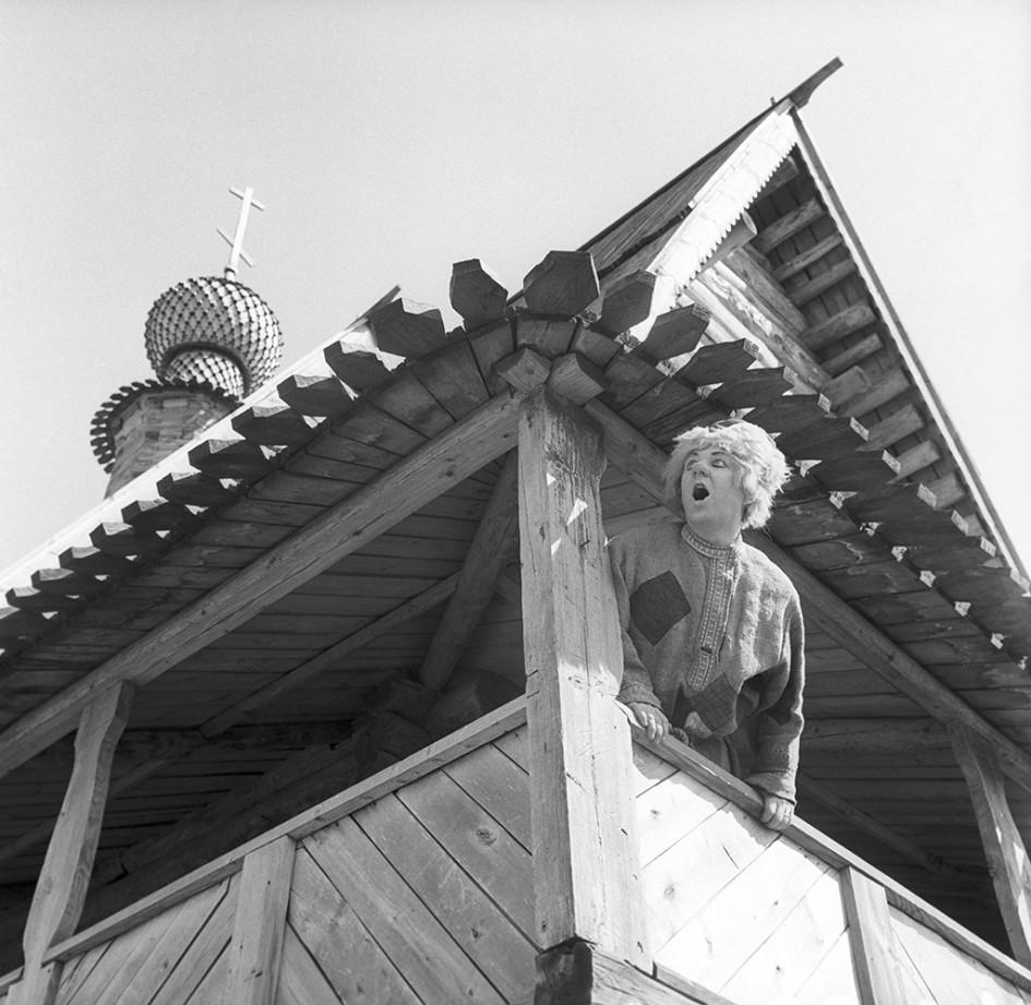 Артист Олег Попов в Никольской (Глотовской) церкви на ТВ-съемках в Суздале.1968 год