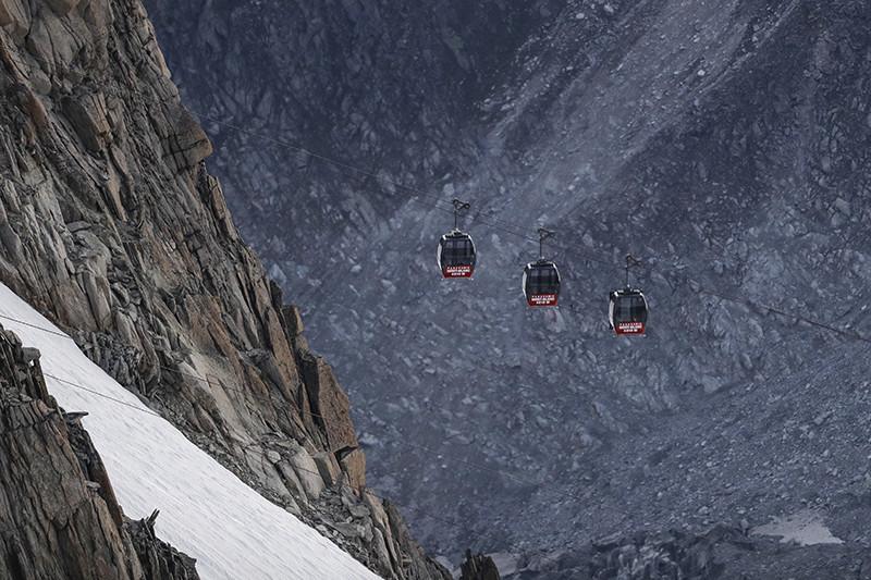 Кабинки сломанной канатной дороги во французских Альпах