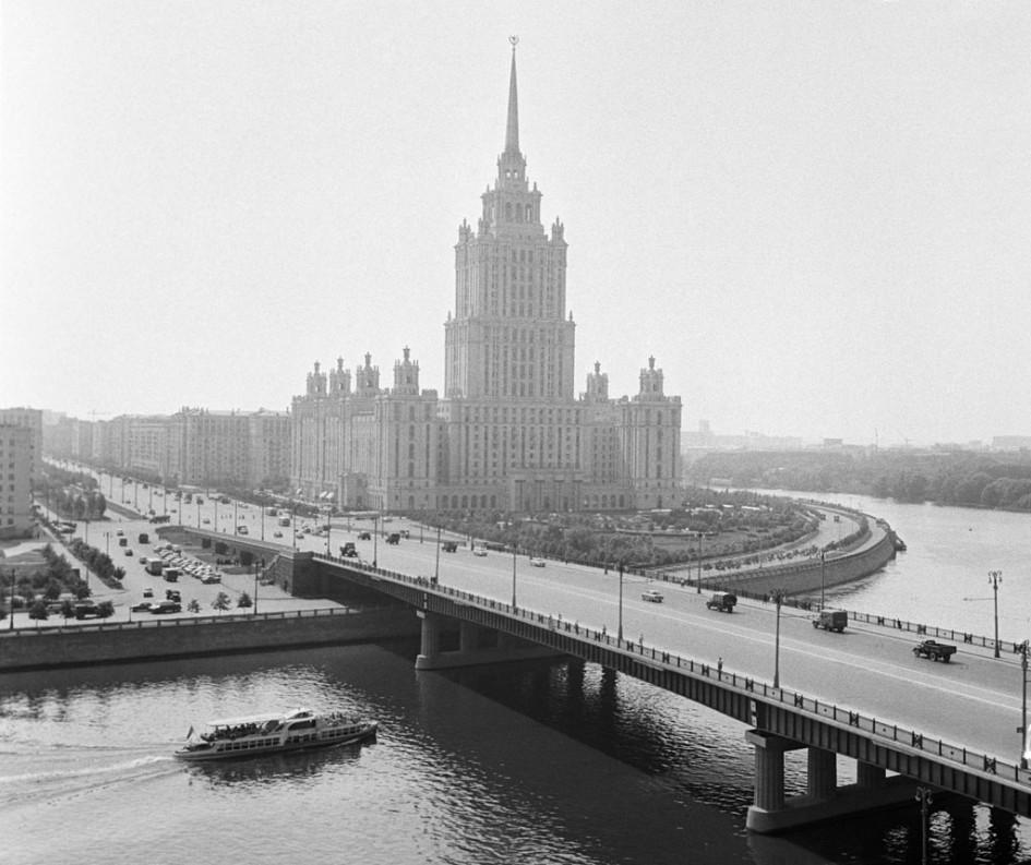 Вид наНовоарбатский мост игостиницу «Украина»,1963 год