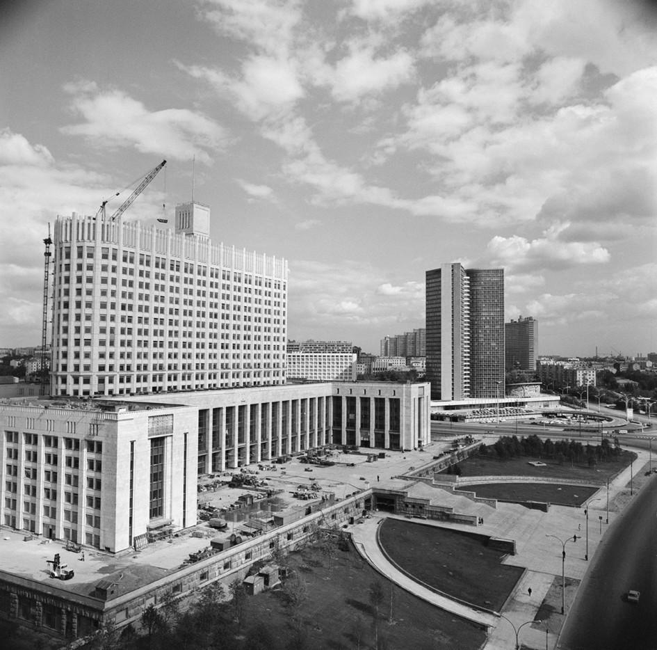 Вид на строящееся здание Совета министров РСФСР в 1977 году