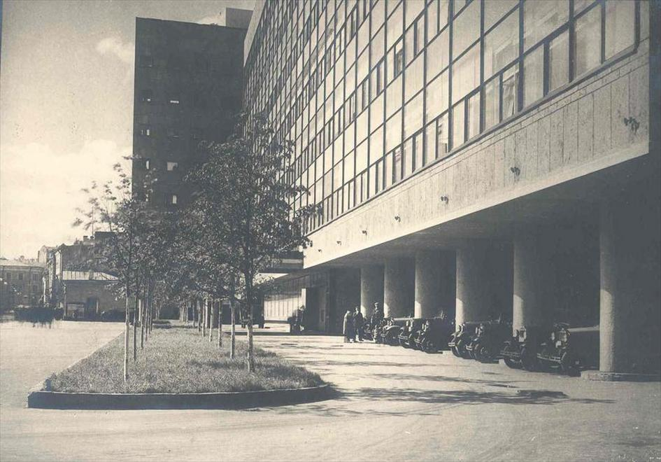 Открытое пространство под первым этажом здания Центросоюза
