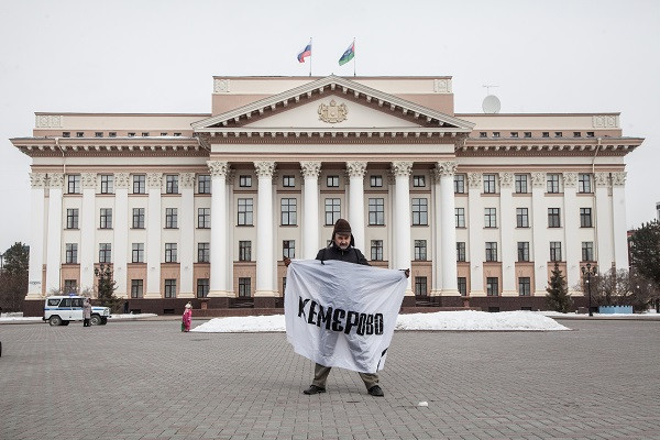Тюменский активист Владимир Николаев вышел к зданию правительстварегиона с требованием объявить в регионе траур по жертвам страшного пожара в Кемерово