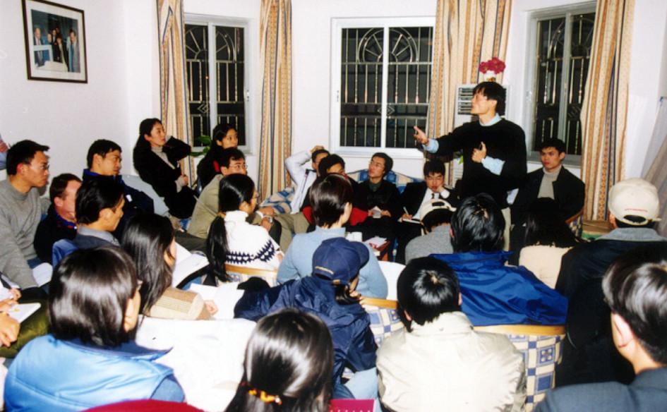 Джек Мас первой командой Alibaba в 1999 году. На начальном этапе компания работала из квартиры Ма в Ханчжоу