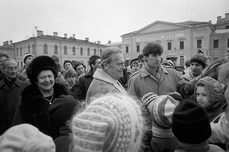 Великий князь Владимир Кириллович (в центре) и великая княгиня Леонида Георгиевна (слева) во время посещения Петропавловской крепости. Ноябрь 1991 года