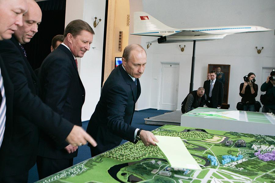 Владимир Путин вовремя встречи ссотрудниками Объединённой авиастроительной корпорации. 20 февраля 2008 года