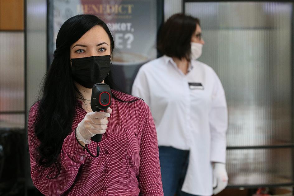 Во время измерения температуры посетителям в торгово-развлекательном центре «Атриум»