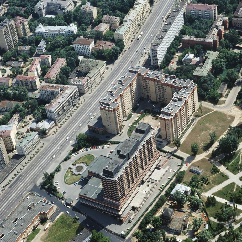 Вид на улицу Димитрова и гостиницу «Октябрьская» в 1992 году