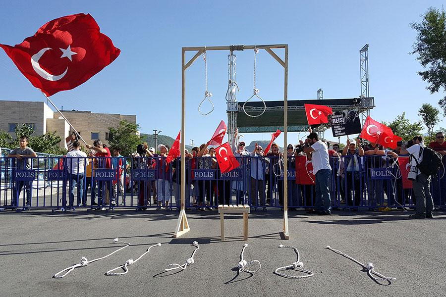 Сторонники президента Реджепа Тайипа Эрдогана во время судебного процесса над обвиняемыми в попытке переворота солдатами