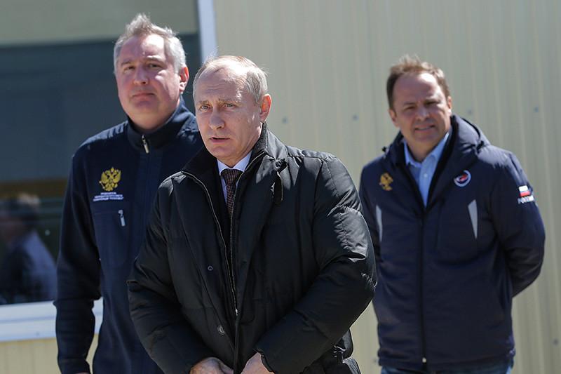 Вице-премьер РФ Дмитрий Рогозин, президент России Владимир Путин иглава «Роскосмоса» Игорь Комаров (слева направо) накосмодроме Восточный передзапуском ракеты-носителя «Союз-2.1а»