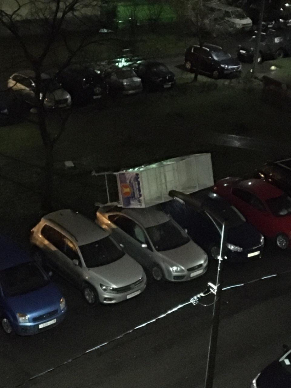 Сани с Санта Клаусом «припарковались» на крышах машин во дворе Ленинского проспекта, пишет один из пользователей «ВКонтакте»
