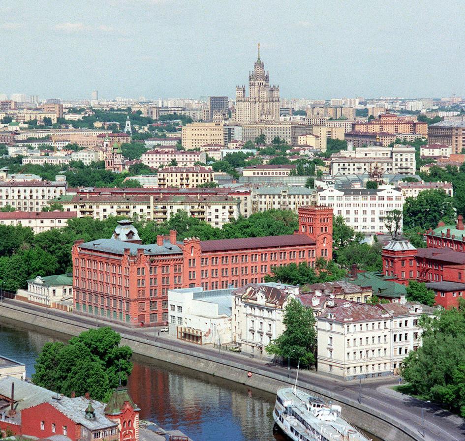 Вид на Якиманскую набережную Москвы-реки в 1992 году
