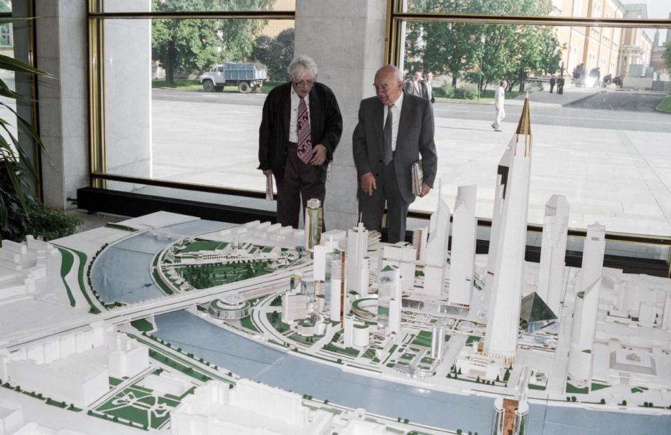 Июнь 1994 года. Эскизный проект застройки делового центра «Москва-Сити», представленный на Всероссийской конференции в Государственном Кремлевском дворце