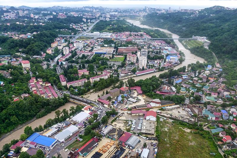 Вид на жилой район города Сочи во время наводнения