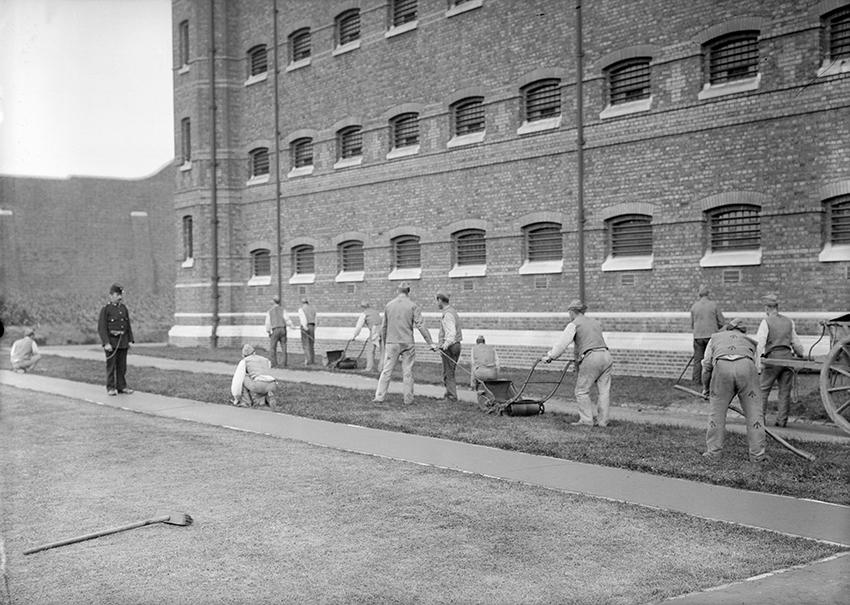 Заключенные Уормвуд-Скрабса на уборке территории, 1900–1950 годы