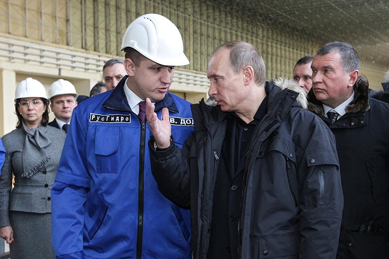 В феврале 2013 года президент Владимир Путин (на первом плане справа) публично раскритиковал главу «РусГидро» Евгения Дода (на первом плане слева) забездействие. По словам Путина, руководство «РусГидро» неспешило информировать МВД отом, чтопристроительстве Загорской ГАЭС-2 у компании «утащили миллиард». По мнению источника «Ведомостей», истинной причиной выволочки была позиция Дода подопэмиссии «РусГидро» на50 млрдруб.: Дод неподдержал предложение Игоря Сечина провести ее впользу«Роснефтегаза»
