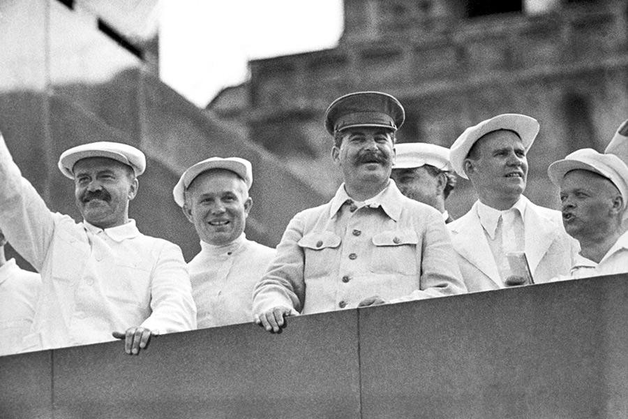 На трибуне Мавзолея Ленина: В.М. Молотов, Н.С. Хрущев, И.В. Сталин (слева направо) и другие официальные лица во время парада физкультурников