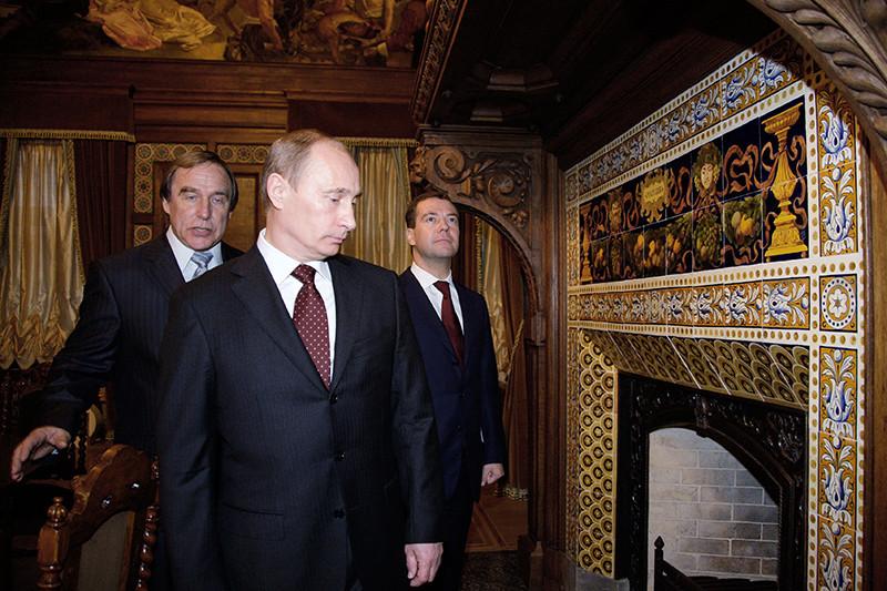 Ремонт в здании дворца Великого князя Алексея Александровича, ставшего Домом музыки Ролдугина, в 2009году понравился Путину (в центре), одобрившему этот проект