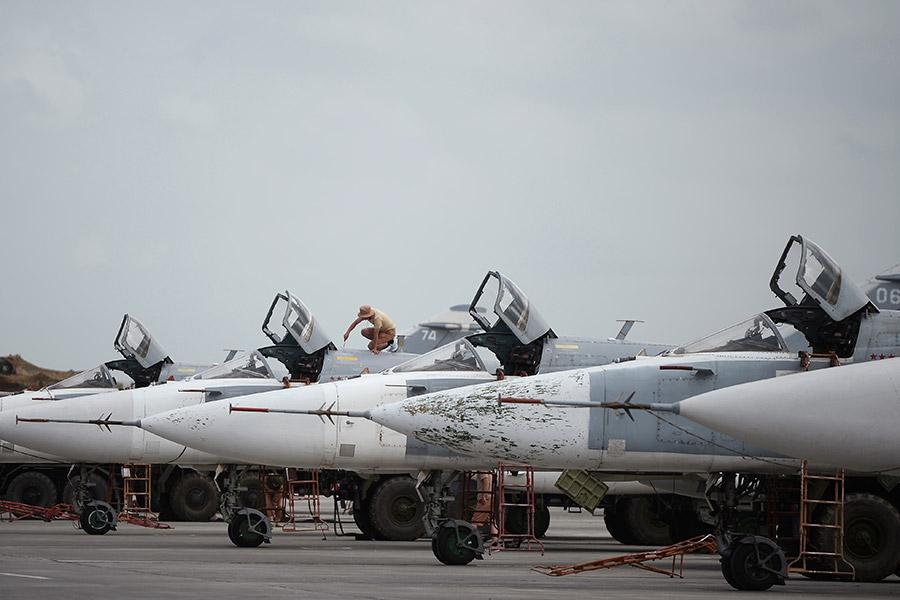 Су-24 на авиабазе Хмеймим в Сирии. Архив