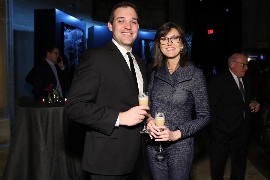 Кэти Вуд (справа)