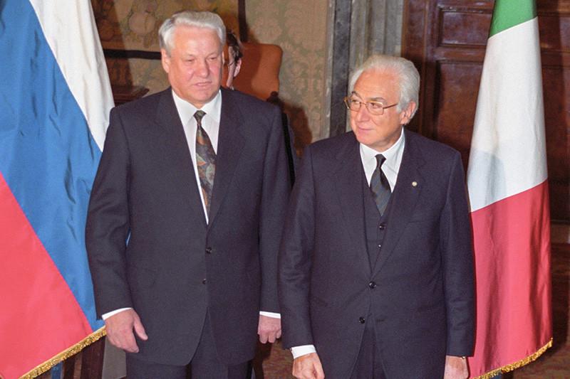 Президент РСФСР Борис Ельцин (слева) и Президент Италии Франческо Коссига перед началом переговоров в Риме.19 декабря 1991 года