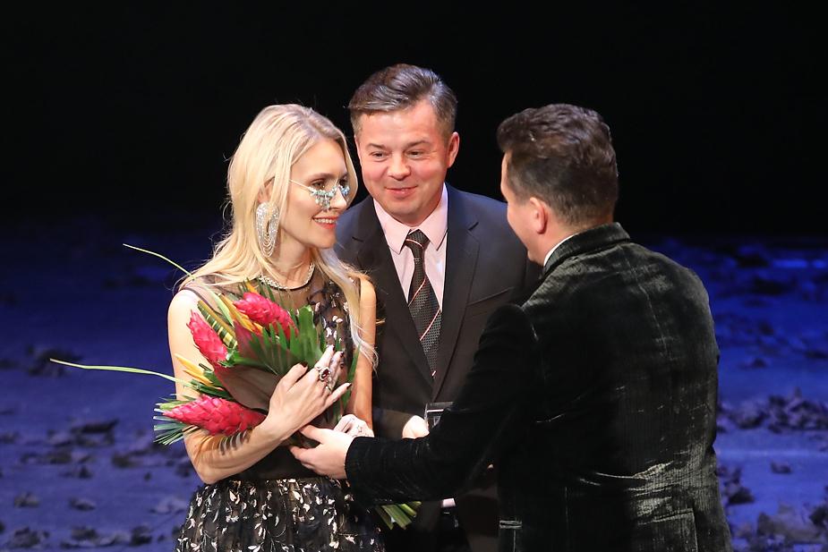 Награду Юрию Грудину и Марии Грудиной (курорт «Первая Линия. Health Care Resort») вручает Артем Гудченко (ГК «Рента»)