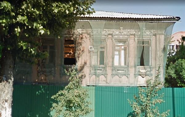 Дом Привалованаходится в аварийном состоянии. Навсегда утрачены ворота, крыльцо, ограждения