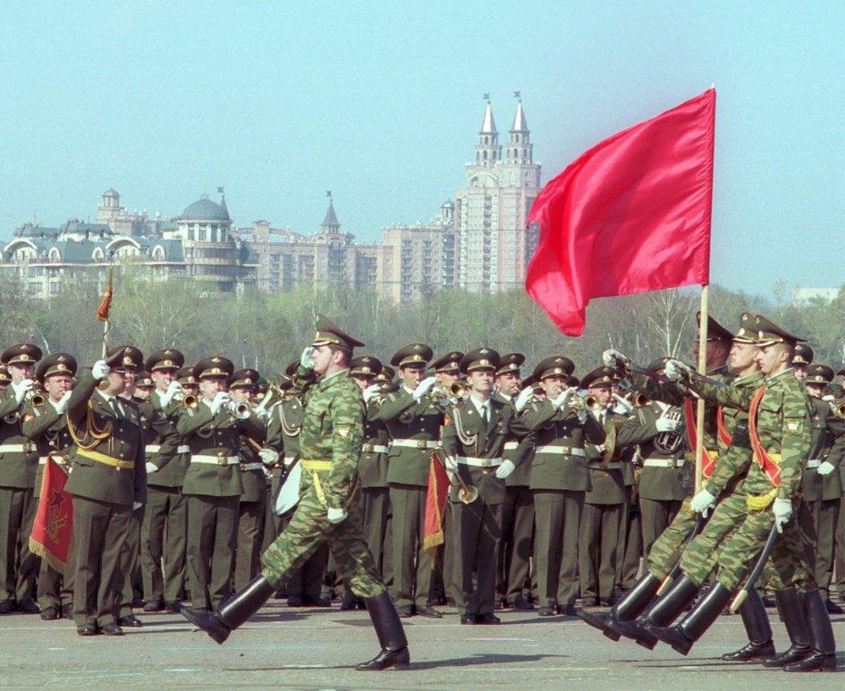 Тренировка участников военного парад на Красной площади в составе войск парадного расчета на Центральном аэродроме имени Фрунзе. 2002 год
