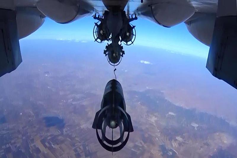 Бомбометаниес российского истребителя Су-30 в Сирии