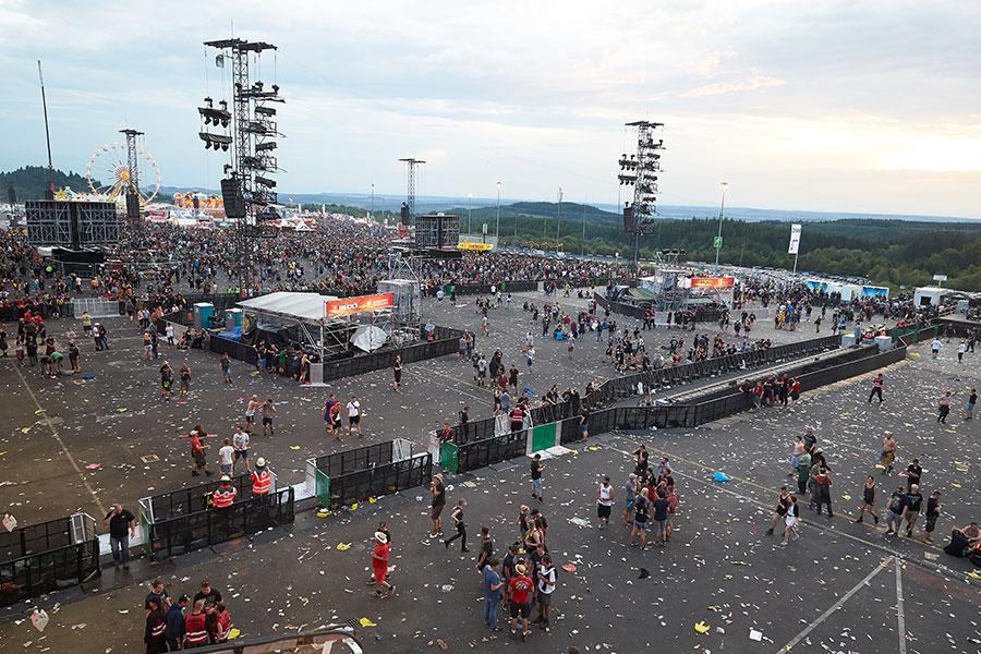 Посетители покидаютрок-фестиваль Rock am Ring