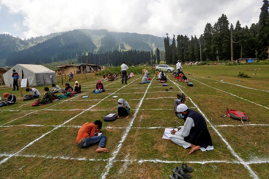 В Индии дети, у которых нет доступа в интернет, занимаются с преподавателями на открытом воздухе с соблюдением социальной дистанции