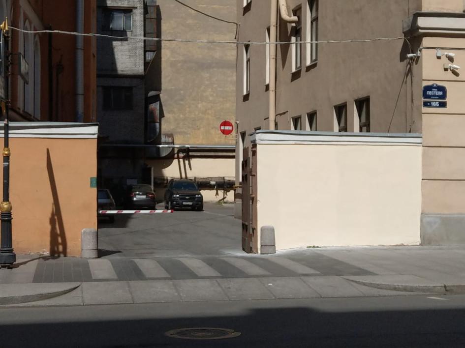 На следующий день после создания «урбан-фрески»— она была закрашена по распоряжению сотрудников школы