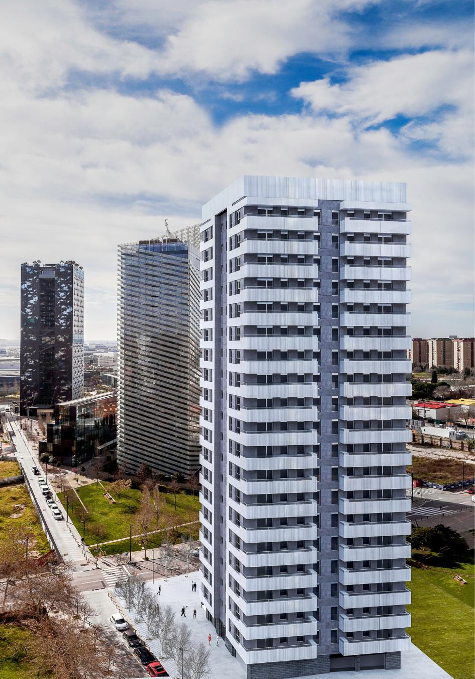 Жилой 19-этажный дом находится в 25 минутах от центра Барселоны, в L´Hospitalet de Llobregat (это район развивается бурными темпами). На каждом этаже дома— по пять квартир. Цена— на 7–12% ниже, чем в центре Барселоны, при приблизительно равных площади и времени доступа в различные точки города. Объект уже сдан