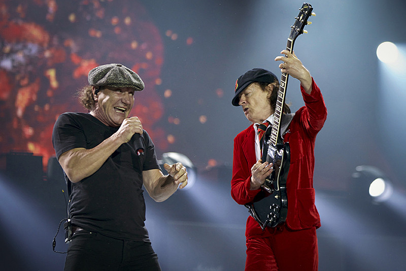Вокалист AC/DC Брайан Джонсон (слева) игитарист Ангус Янг вСиднее. Мировой тур Rock or Bust, ноябрь 2015 года