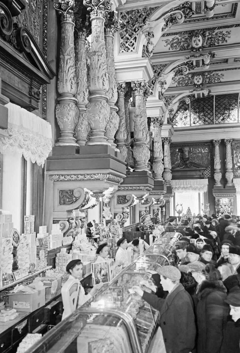 В Елисеевском гастрономе на улице Горького. 1956 год